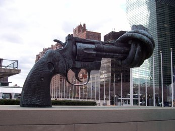 Anti-gun sculpture in U.N.