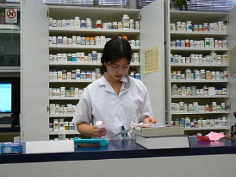 student filling rx